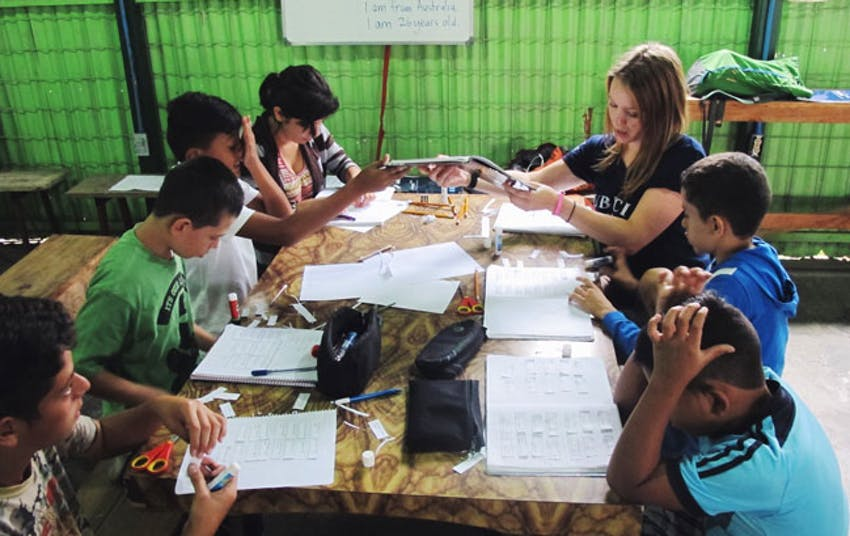 Hannah Pitts teaching as a volunteer in Costa Rica