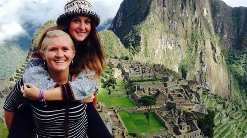 Volunteer travelers in Peru