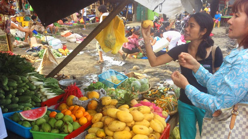 Shopping affordably at the markets in the Philippines as an IVHQ volunteer