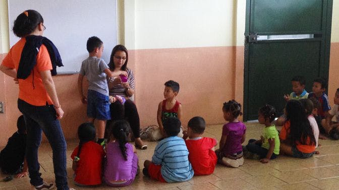 Volunteer teaching a class of young students in Costa Rica with International Volunteer HQ.