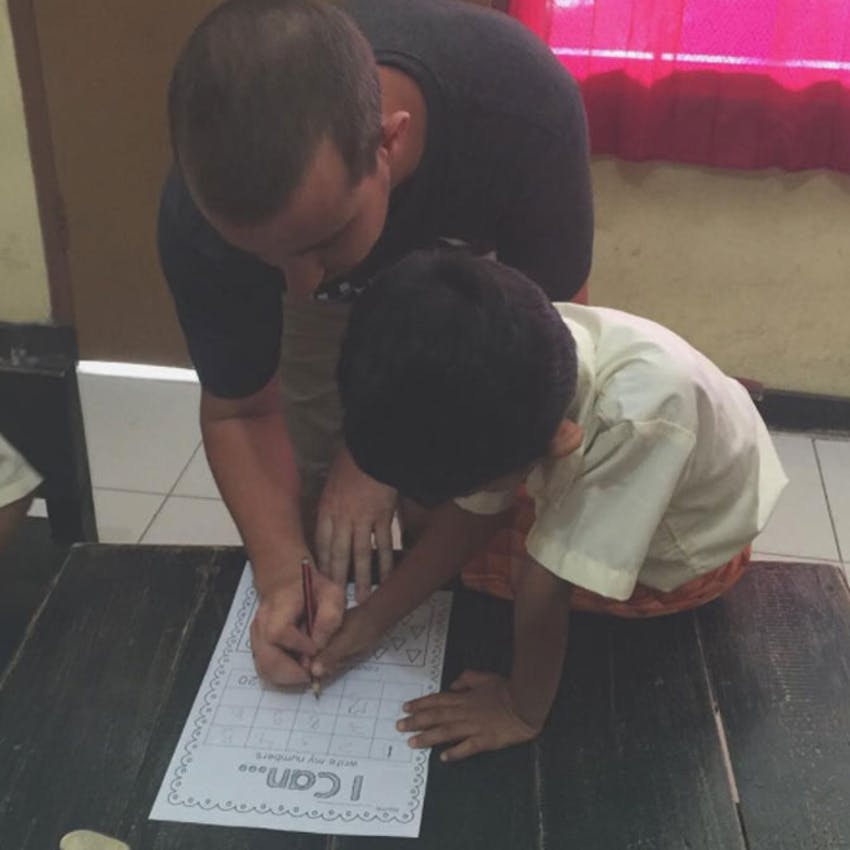 IVHQ volunteer Tyler teaching as an IVHQ volunteer in Bali