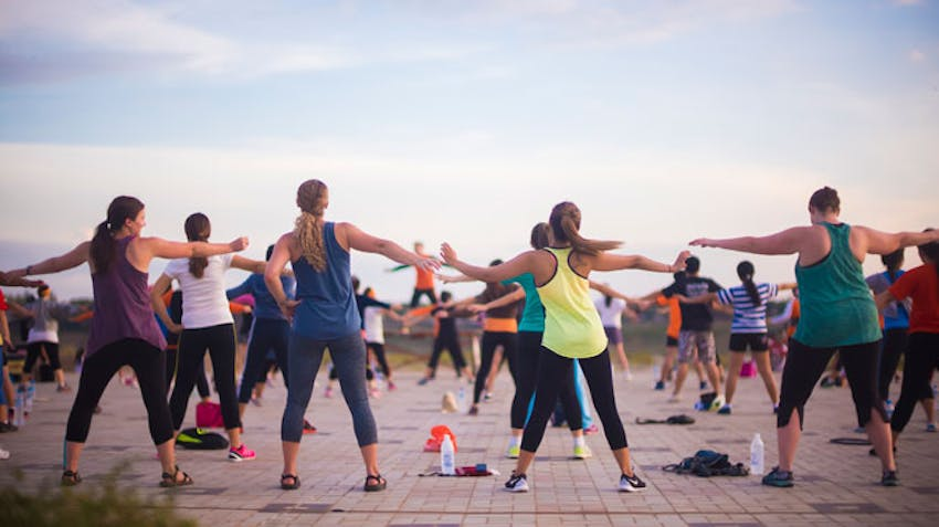 Volunteers enjoy riverside Zumba in their spare time with IVHQ