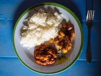 Volunteer lunch in Ghana with IVHQ
