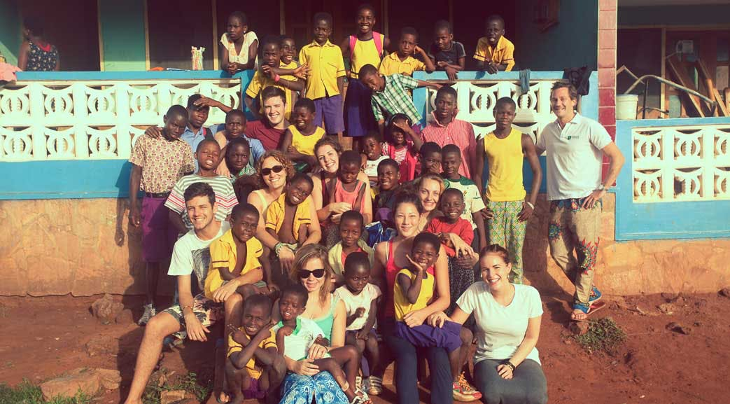 Volunteers pose with the local children on the IVHQ Ghana Childcare project