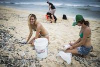 IVHQ Hawaii volunteers on a beach clean up