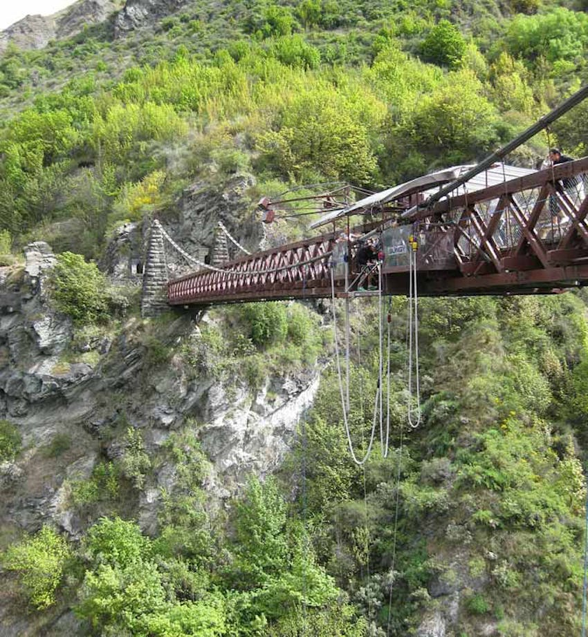Bungy jumping in New Zealand with IVHQ